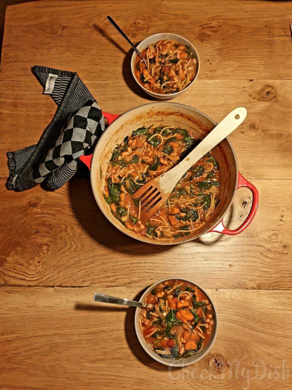 Witte bonen met tomaat, spinazie en wortel