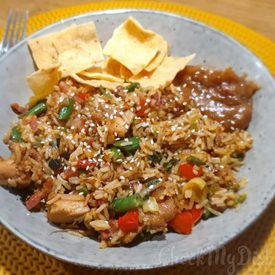 nasi met kippendijen, paprika, bosui, spekjes, kroepoek, sesamolie, oestersaus, knoflook