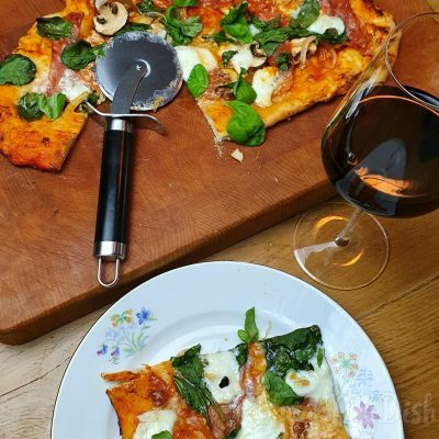 Zelfgemaakte pizza met spinazie, buffelmozzarelle