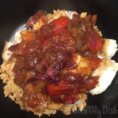 Onderop rijst, de vis en de pittige saus bovenop