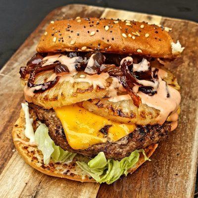 Hamburger met ananas en cheddar